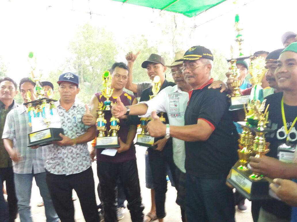 Kedes Seraras Supianto Nalo bawa Piala Utama Lomba Sampan Bidar Di Mempawah bersama tim lainnya.