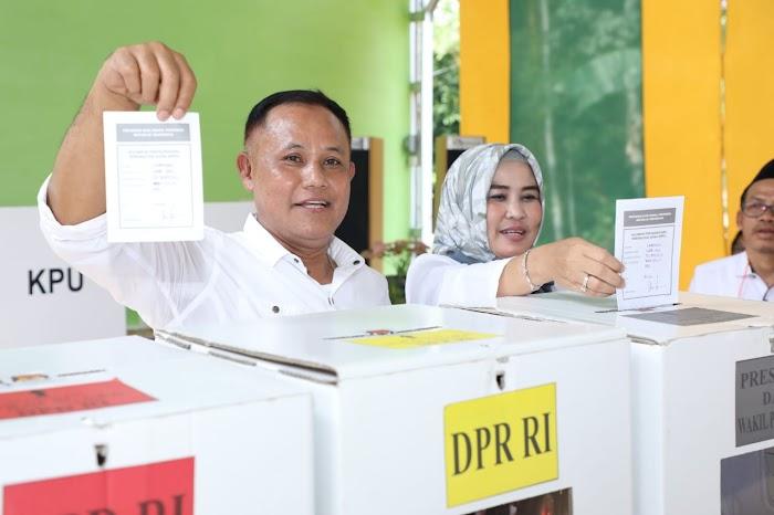Plt Bupati Lampung Selatan dan Istri Nyoblos di TPS 03, Way Galih Lamsel.