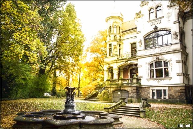 mùa thu vàng rợp bóng biệt thự cổ
