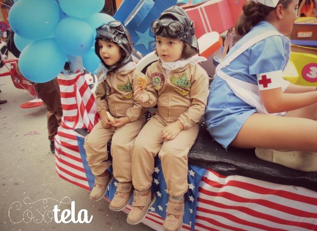 niñas disfrutando desfile de carrozas