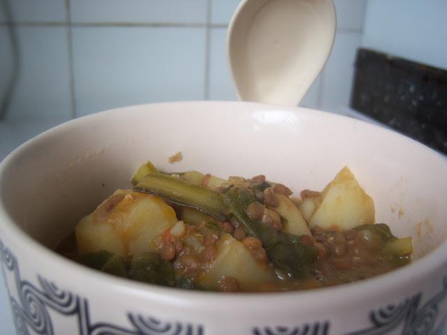 Fotografía de un plato de estofado de lentejas, acelgas y patatas