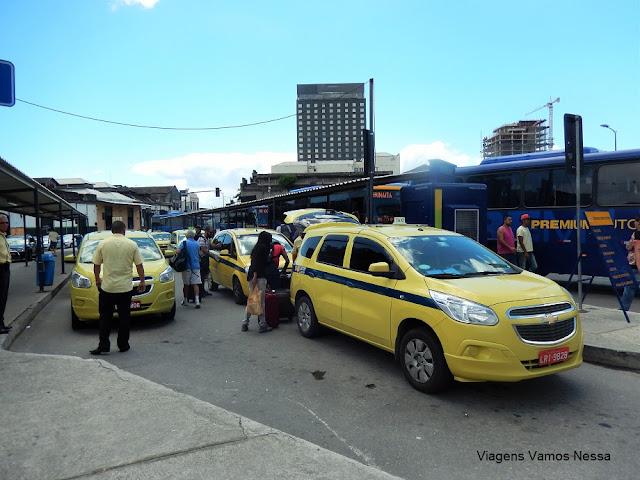 Ponto dos táxis comuns e dos ônibus especiais