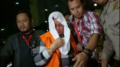 Raut muka Bupati Klaten sewaktu digiring ke Rumah Tahanan KPK