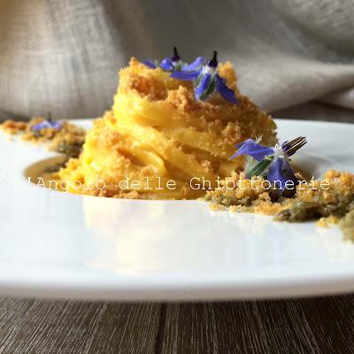 tagliatelle al velluto di datterino e peperone giallo arrostito, paté di capperi, panure croccante e fiori di borragine