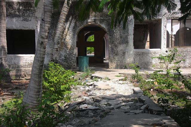 A entrada da mansão abandonada de Pablo Escobar, no CAribe Colombiano.
