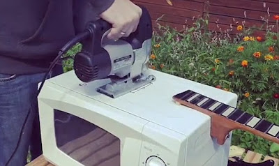 Xem màn độ đàn guitar từ lò vi sóng và điện thoại siêu chất