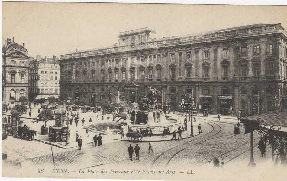 La place des terreaux et le palais Saint-Pierre (vers 1910)
