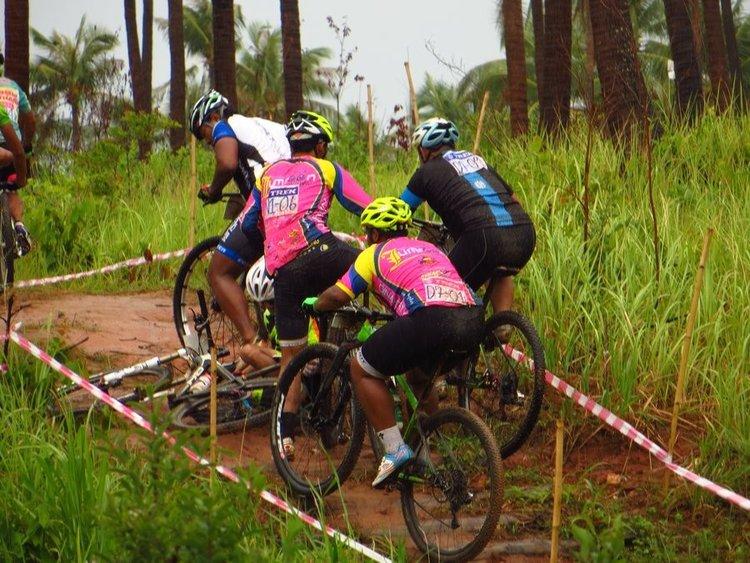 Упали участники с велосипедов