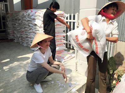 Ngọc Trinh nón lá áo thun phát gạo từ thiện
