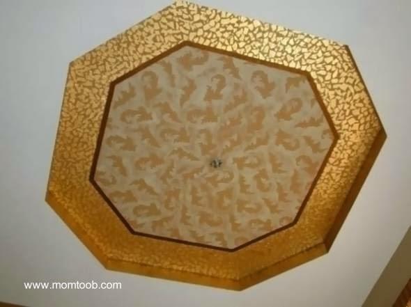 Cielorraso decorativo con un patrón dorado central