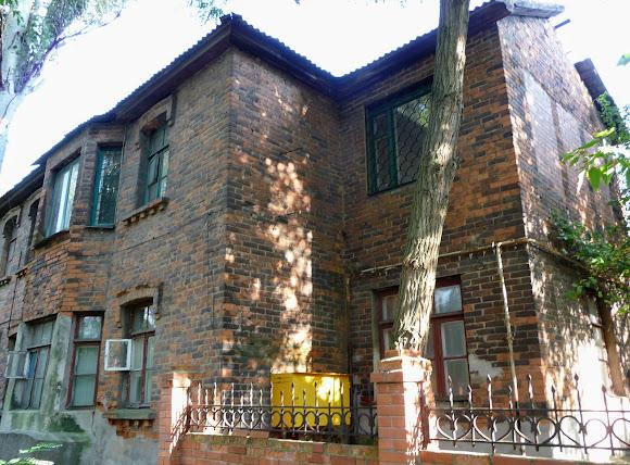 Константиновка. Ул. Шмидта, 6. Двухэтажный жилой дом