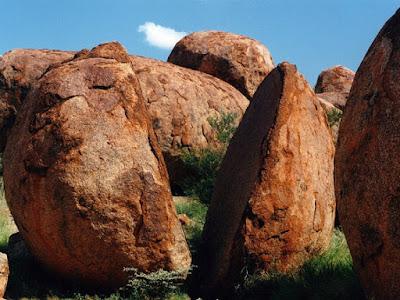Karlu-karlu: Batu yang terbelah