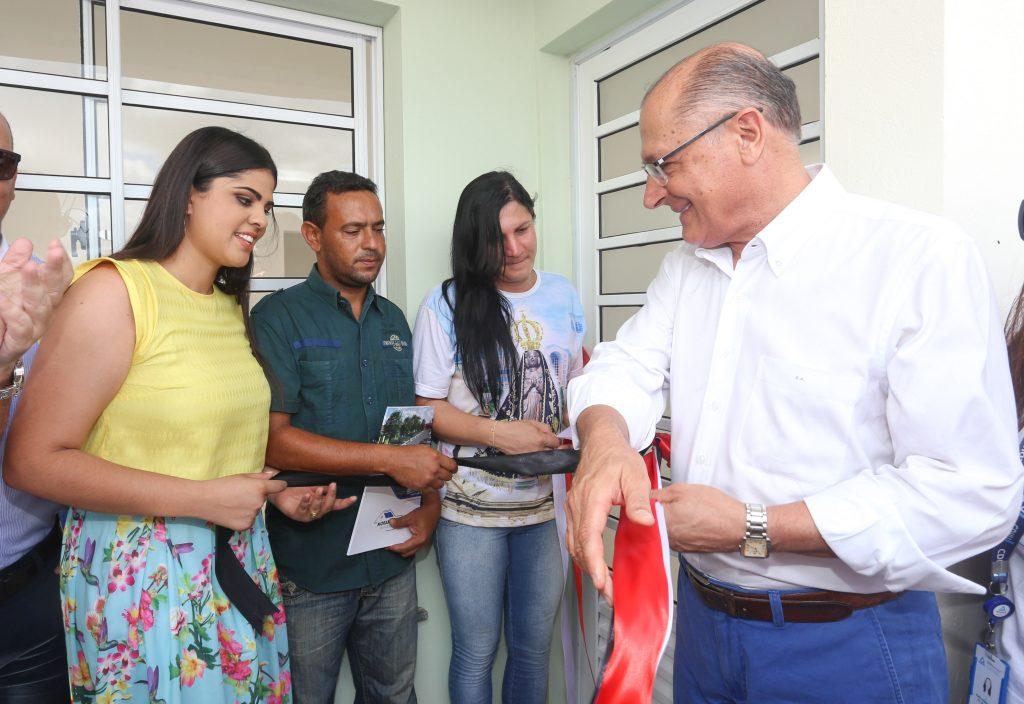 Transexual e seu marido recebem casa própria do Morar Bem em São Paulo