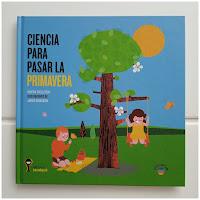 Ilustración que muestra a un par de niños de pícnic junto al árbol florido, la niña está columpiándose en la rama.