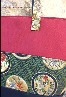 Sac à main Cabas en matériaux recyclés montés façon patchwork, sac semi-rigide, surpiqures, composé de tissu coton noir, soie véritable japonisante, coton bordeaux, deux poches à soufflet intérieures, intérieur coton beige, anses en cuir véritable dorée rivetées mains.  Dimensions : 32 x 26 x 15 cm, anse : 60 cm.