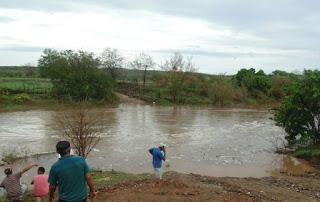 Chuva enche rio no Sertão da PB e traz esperança para os sertanejos; veja vídeo