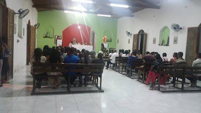 Católicos participam da missa do sábado santo