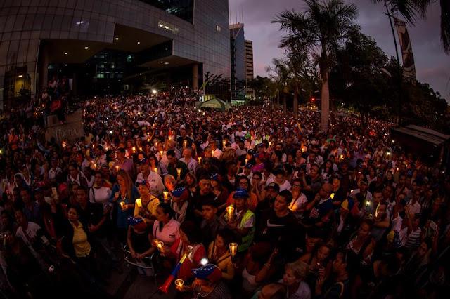 """EN FOTOS: Venezolanos elevaron plegarias en la """"concentración por la luz"""" en honor a los caídos"""
