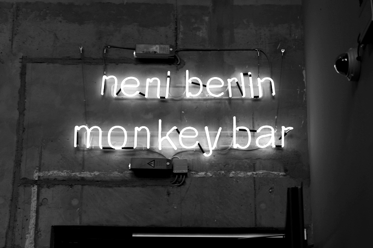 Blog + Fotografie by it's me! - Bloggertreffen in Berlin - Neonreklame monkey bar BlackWhite