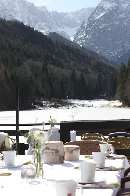 Kaffeezeit auf der Seeterrasse, Winterfrühlingshochzeit in den Bergen im März, Berghochzeit im Riessersee Hotel Garmisch-Partenkirchen, Bayern, Wedding in Bavaria, March, spring, winter mountain wedding