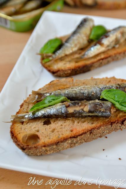 Pain frotté à l'ail et à la tomates, sardinettes à l'huile d'olive