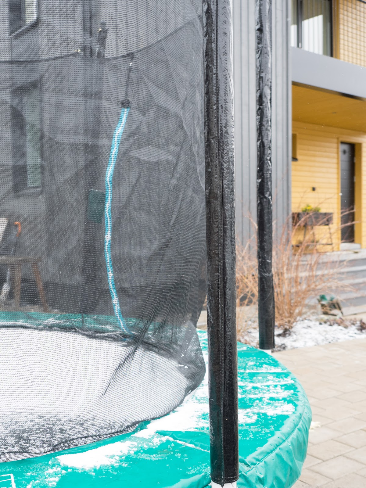 Talostakoti piha trampoliini