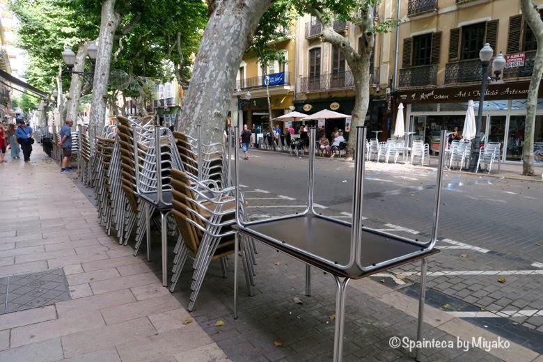 スペイン・牛追い祭り用に片付けられたバルのテラスとテーブルセット