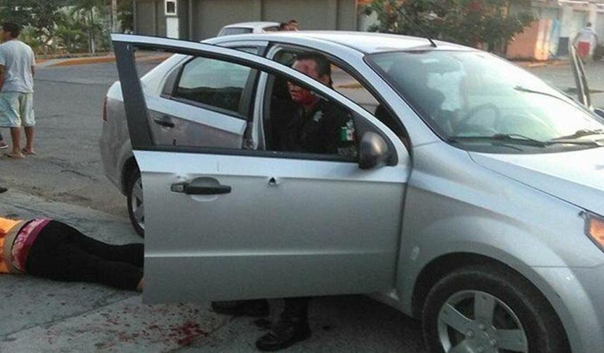 (VIDEO) Emboscan a Policía de Cancún mientras viajaba con su familia; su esposa murió, él y sus dos hijos están heridos