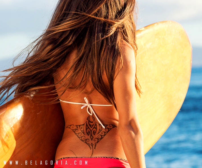 Foto de una chica con tatuaje de mantarraya maori en la baja espalda