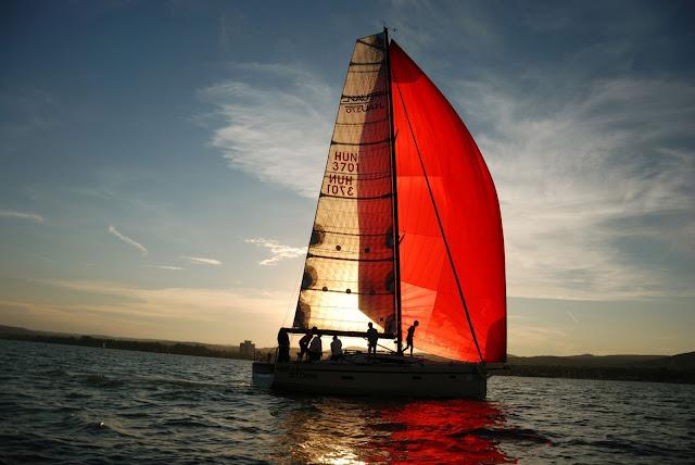 A várható vihar és az erős szél következtében 481 nevezett hajó közül csak 450 vitorlás vágott neki július 14-án Európa legrégebbi és leghosszabb tókerülő vitorlásversenyének Balatonfüreden. A 48. Kékszalag 155 kilométeres távját végül 399 egység teljesítette eredményesen. A Debreceni Egyetem Atlétikai Clubjának 14 versenyzője öt hajó legénységében küzdött az elemekkel, néhol a viharos széllel, máskor csaknem a szélcsenddel.