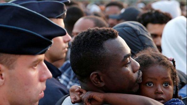 Macron busca endurecer la política migratoria en Francia