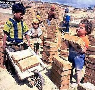 Foto de niños trabajando con ladrillos