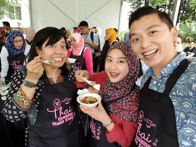 Together with Chef Hana and Chef Zarinah, media friends from NST. The Gai Pad Krapow (Thai basil chicken) tasted so good!