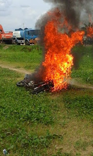 Tertangkap, Motor Jambret Dibakar Massa di Desa Celikah