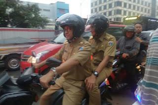 Terjebak Macet, Hari pertama Dinas Anies-Sandi Naik Sepeda Motor Boncengan
