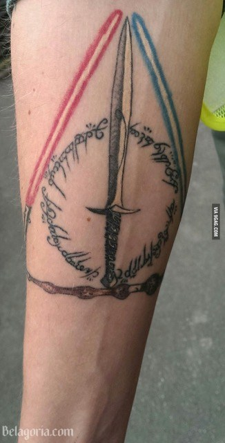 Un tatuaje de espada para mujer
