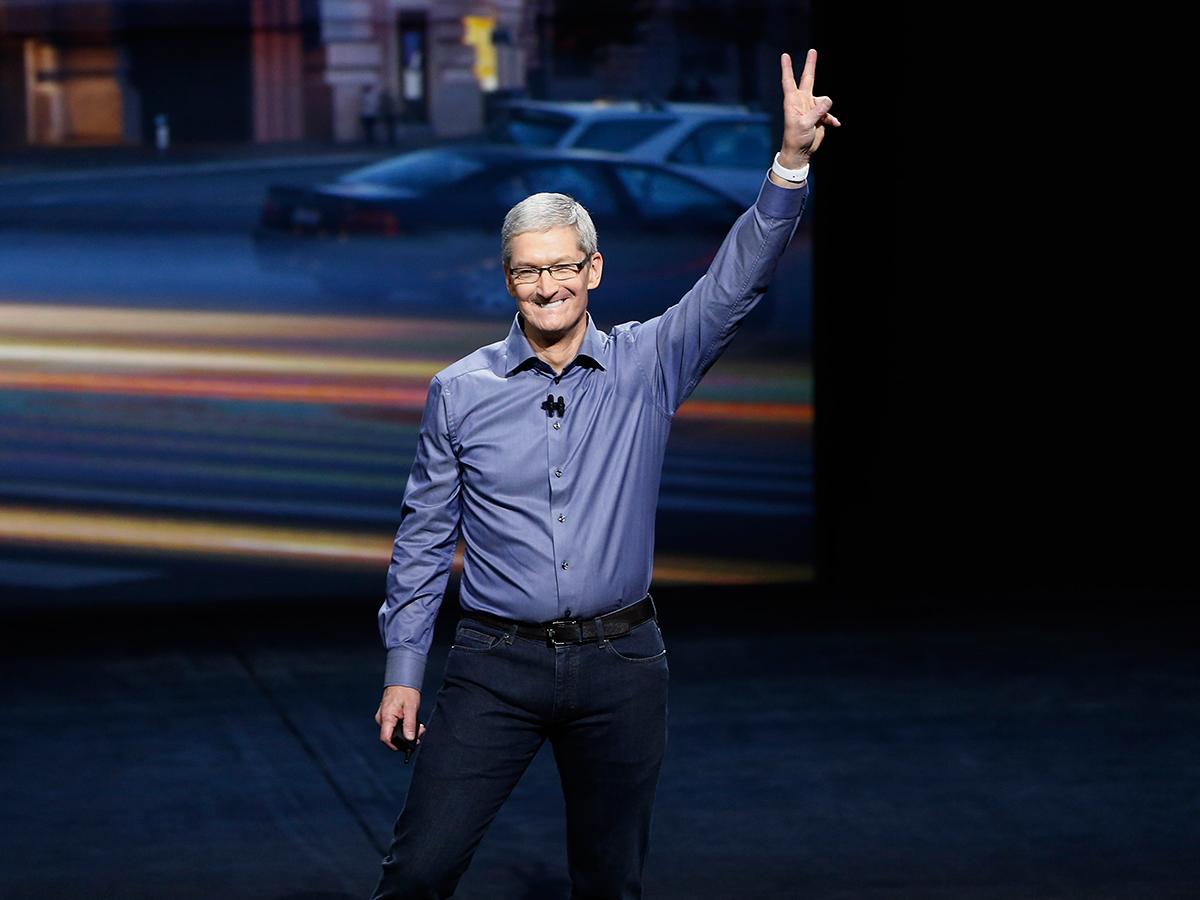 TOP 3 -Tim Cook, 55, giám đốc điều hành của Apple Inc