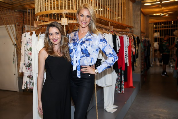 Quem esteve por lá prestigiando a modelo, foi Fernanda Hickmann, irmã de Ana,  que posou com ela e mostrou que a beleza está mesmo no DNA da família. 8d8846d7ce