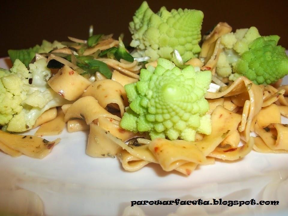 makaron tagliatelle z warzywami i kiełkami z parowaru