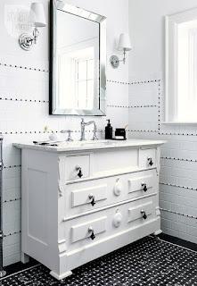 bagno con piano lavabo rinnovato immagine