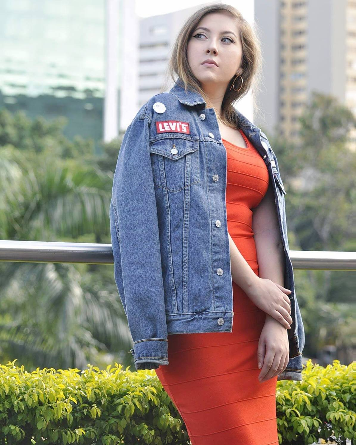 Timeless Levis, Denim Jacket, jacket as cape, colombian fashionblogger, alinavanmode, love and levis, live in levis, ladies in levis, how to style a mans denim jacket