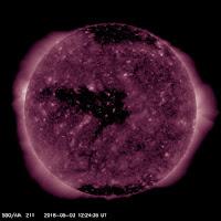 Dziura koronalna, która wyemitowała strumień wiatru słonecznego podwyższonej prędkości ku Ziemi z początkiem maja. Za sprawą dużej rozciągłości poziomej strumień CHHSS należał do szerokich, napływając na Ziemię przez niemal 6 dni. Credit: SDO