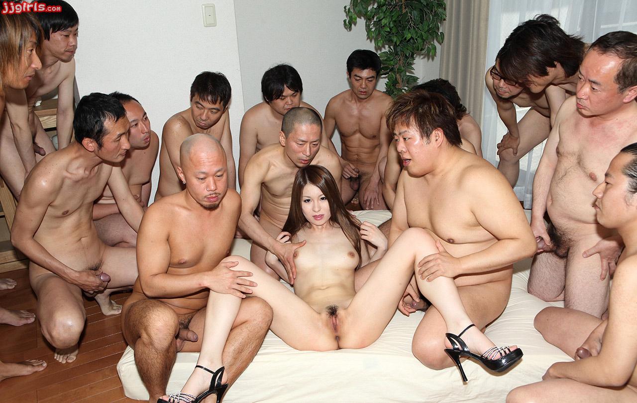 японочку огромная толпа