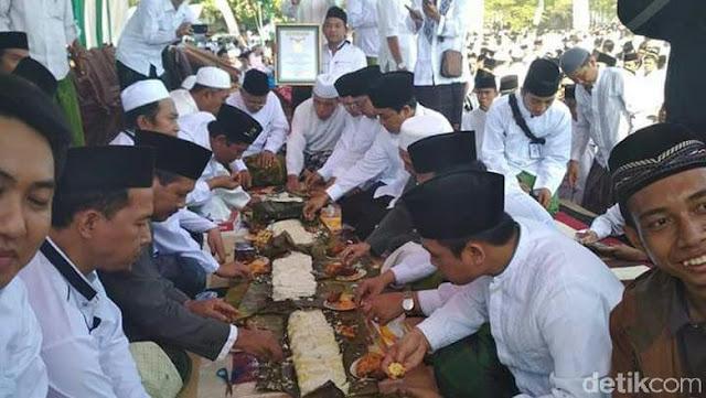 10 Ribu Santri Nurul Jadid Pecahkan Rekor Makan Tabhek