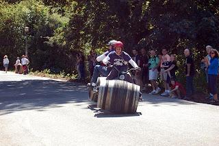 Motocicleta con barriles de vino