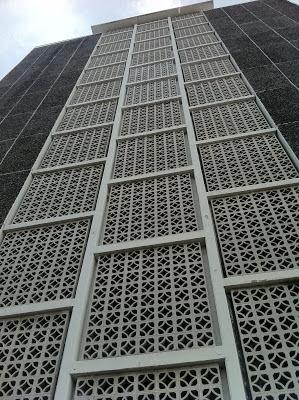 Roster Beton sebagai fasade depan sebuah bangunan bertingkat