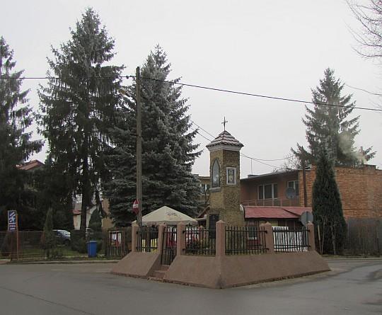 Kapliczka Matki Boskiej z około 1870 roku na skrzyżowaniu ulic Wańkowicza i PCK.