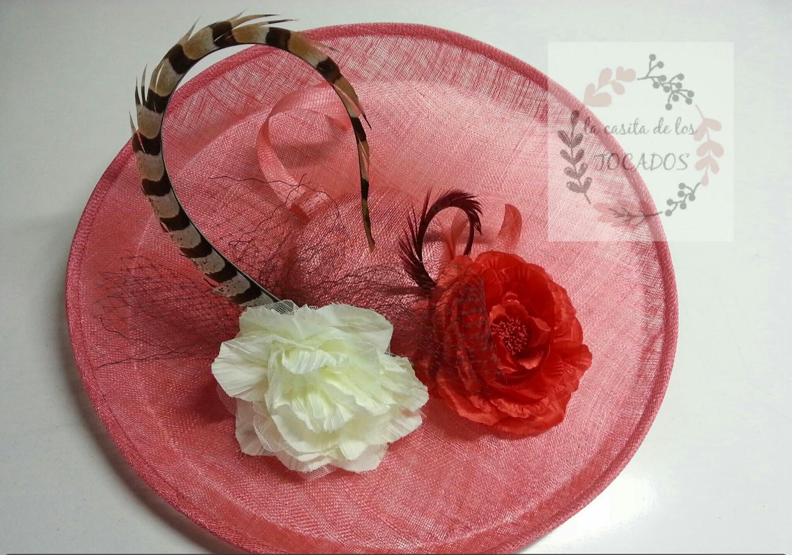 pamela grande para boda de mañana en colores coral, crudo y rojo con pluma de faisán y velo