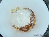 Añadiendo la harina, el azúcar moreno y la canela a la mantequilla
