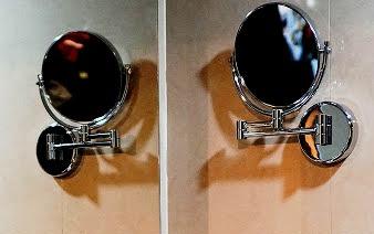 kaca kecil di dalam kamar mandi hotel Best Western Premier The Hive
